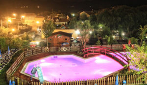 piscina de noche Camping Ribadesella